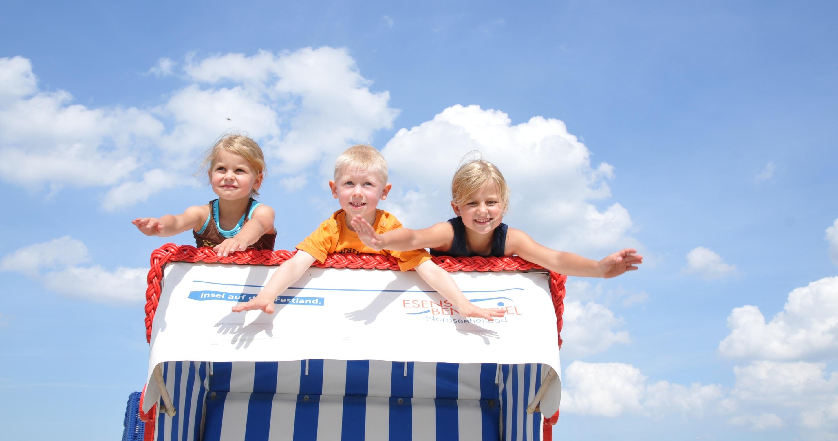 Kinder auf Strandkorb in Benersiel